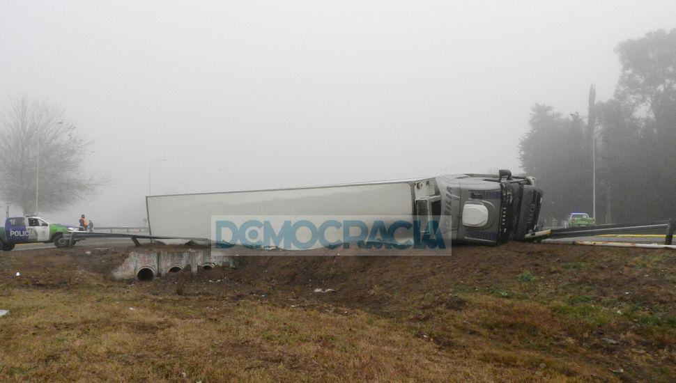 Un camión volcó en Ruta 188 y Alberdi