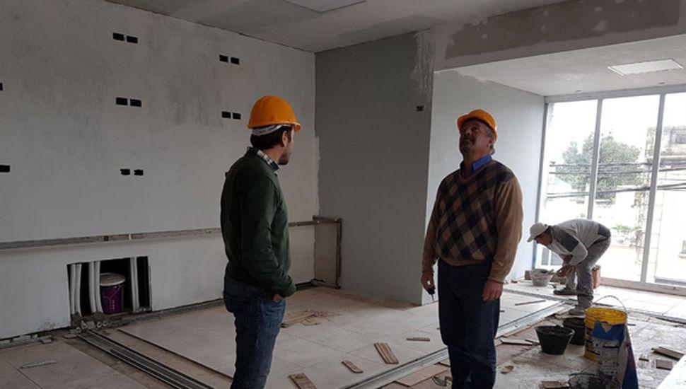 El intendente Claudio Rossi y Miguel Núñez en una recorrida por las nuevas instalaciones.