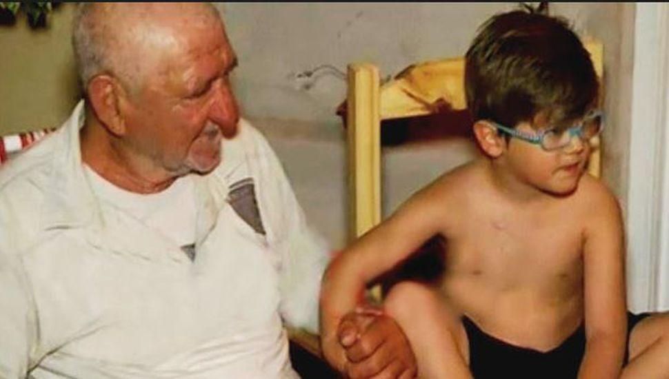 La inspiradora historia de un nene de 4 años que adoptó a un abuelo en situación de calle