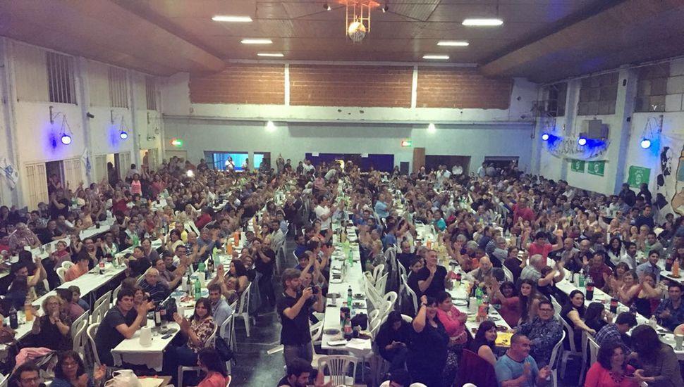 En el club Rivadavia, Unidad Ciudadana cerró su campaña con un asado para más de mil personas.