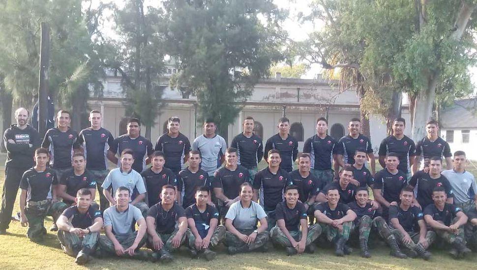 El profesor Orlando Sánchez junto a alumnos a los que capacitó en Campo de Mayo.