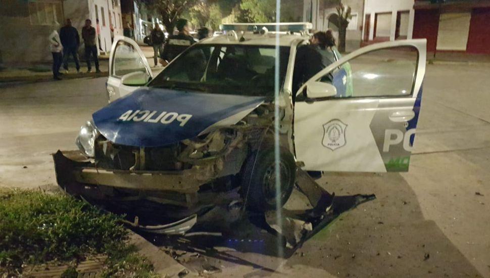 Un móvil policial impactó contra un auto particular