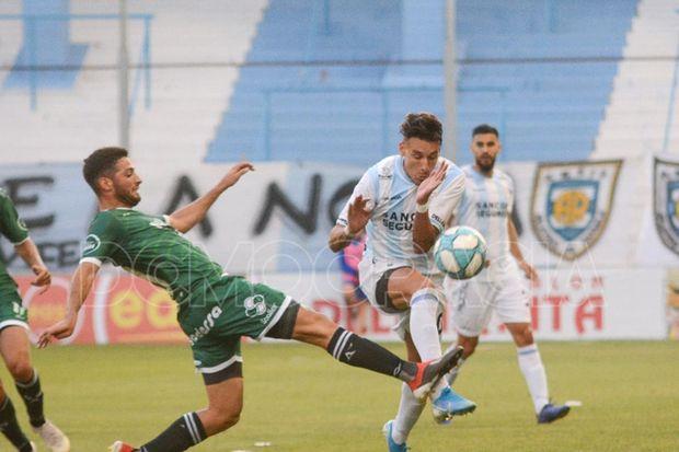 Volvió Caviglia. El juvenil volante regresó a la titularidad y tuvo un partido aceptable.