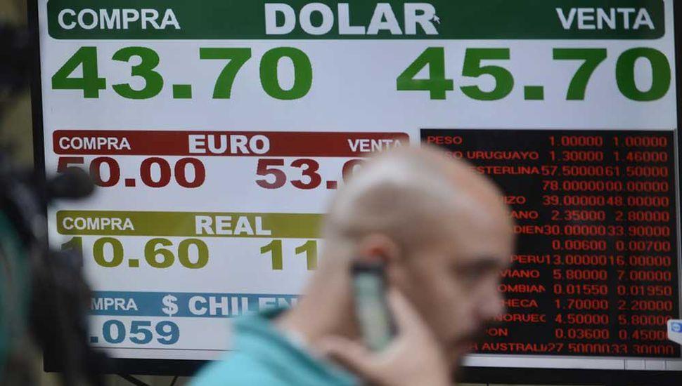 Con tasa récord, el dólar aumentó casi 60 centavos y roza los $46