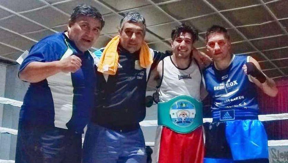 """""""Ninito"""" Cabrera (derecha), su vencedor, Valentín Domínguez y los técnicos Roberto Amado y Oscar """"Caito"""" Valdebenito (izquierda) tras la pelea que ganó el villeguense."""