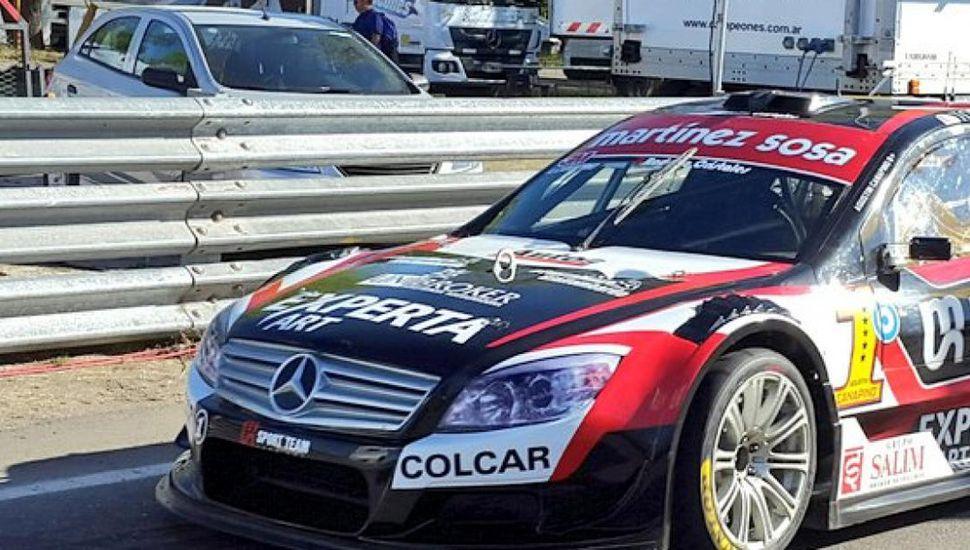 El Mercedes Benz de Agustín Canapino, ayer en General Roca.