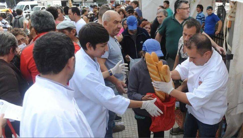 Regalan 5 mil kilos de pan por la suba de la harina y las tarifas