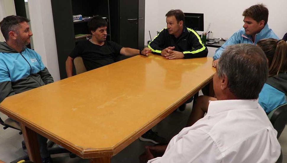Hernán Saccani y sus padres, al reunirse con los profesores Daniel Pueyo (subsecretario de Deportes), Lucía Mauricio, Mauro De Carlo y Guido Lippi.
