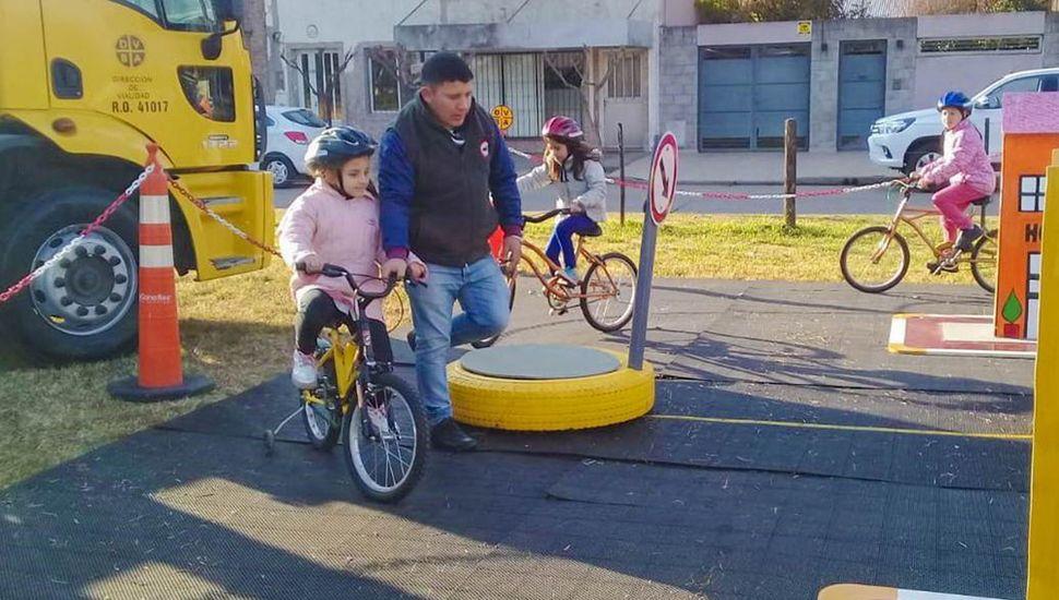 """Los chicos utilizaron bicicletas y carros especiales para circular por la """"mini ciudad"""""""
