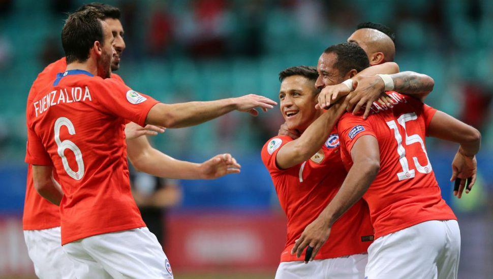 Festejo de los jugadores de Chile, quienes vencieron a Ecuador, clasificaron a cuartos de final y le dieron una mano a la selección argentina.