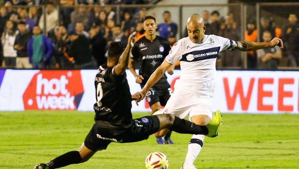 """Silva prepara el remate, el """"Lobo"""" no pudo con el """"Bicho""""."""