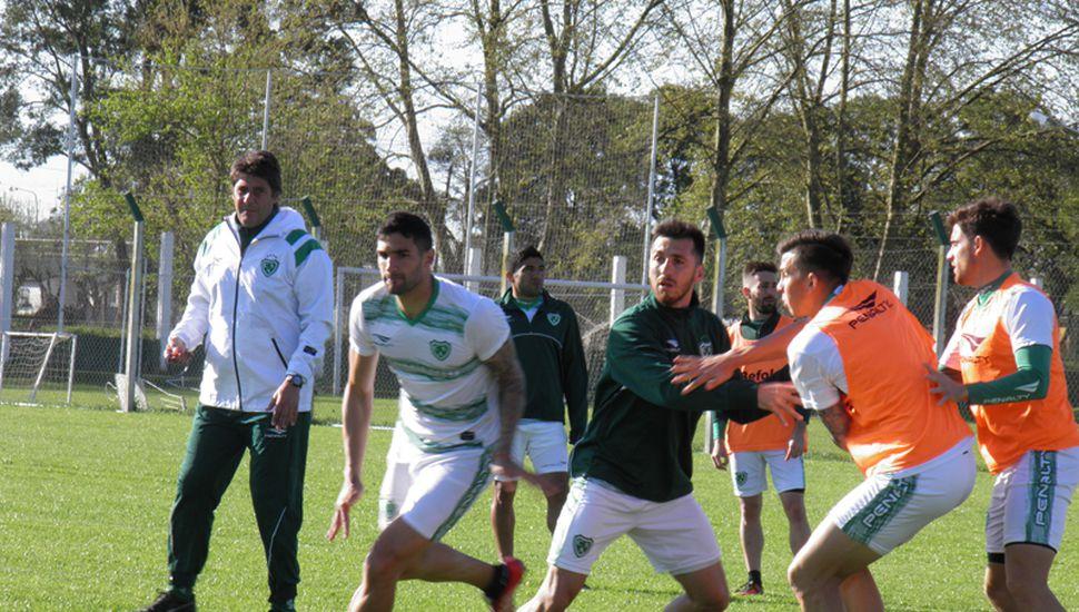 El plantel de Sarmiento, practicando la pelota parada, en Ciudad Deportiva.