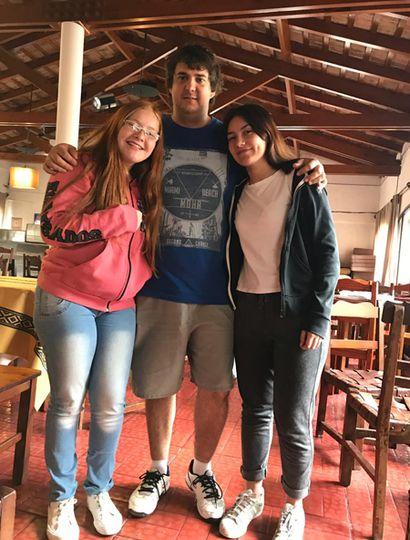 Las alumnas Sofía Fernández y Catalina Paget junto al profesor Roque Galeazzi.