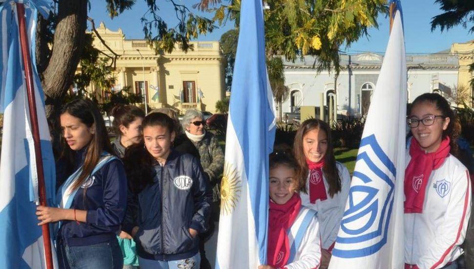 Los clubes locales, Deportivo y Pintense estuvieron presentes en la ceremonia.