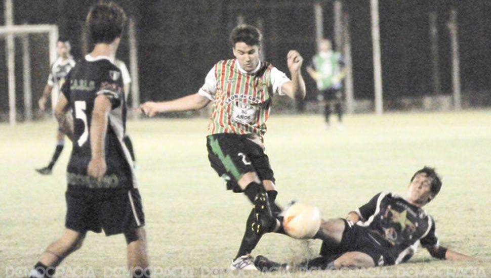 Manuel Brandone rechaza el balón y desbarata un ataque del equipo de BAP.