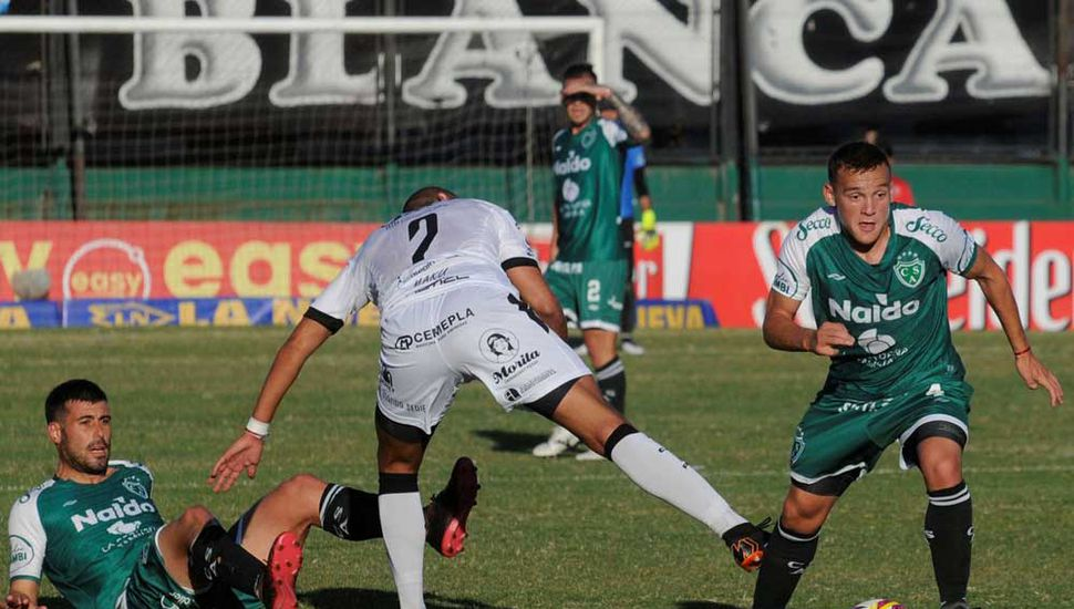 Martín García quitó el balón en defensa mientras Sebastián Penco aparece en el piso y el zaguero Ignacio Vázquez queda en el  camino.