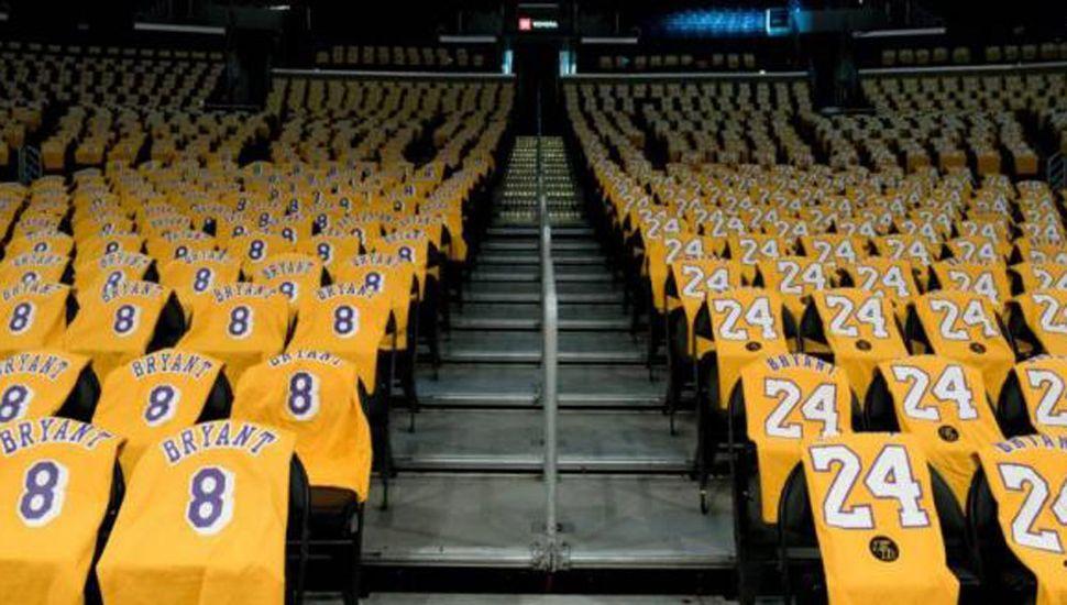 Las dos camisetas que usó Bryant en su historia basquetbolística.