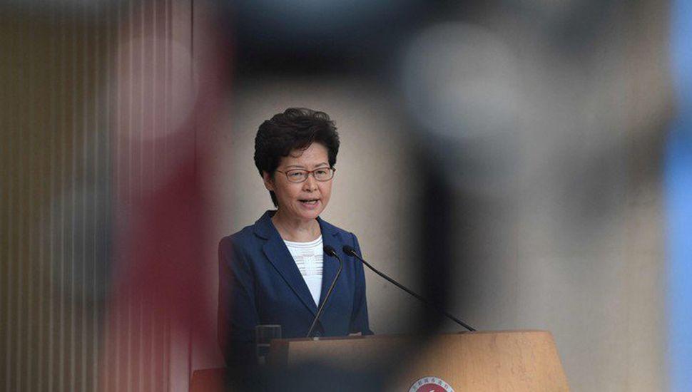 La gobernadora de Hong Kong amenaza con llamar al ejército chino