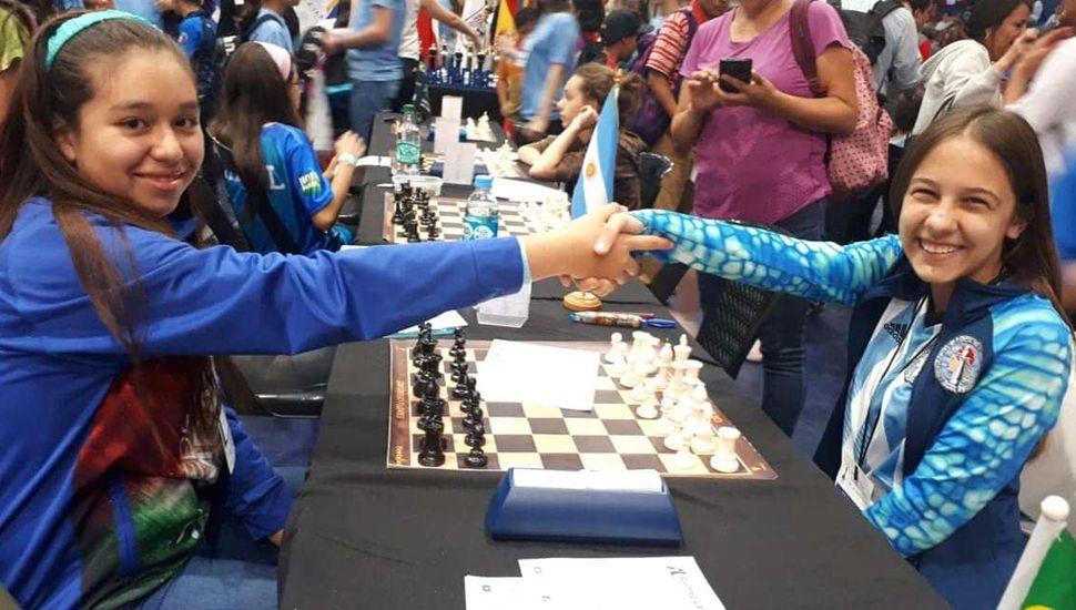 Sofía Milagros Bontempi Garrote (derecha) es feliz jugando al ajedrez y la imagen lo refleja.
