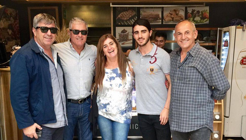 Vanina Lisazo junto a su esposo (izquierda); a su hermano, el actor Saúl Lisazo; al hijo de la fiscal, Andrés; y a Mario Favaretto, ex futbolista argentino, socio de Saúl y también radicado en Mexico, horas previas al terremoto de ayer.
