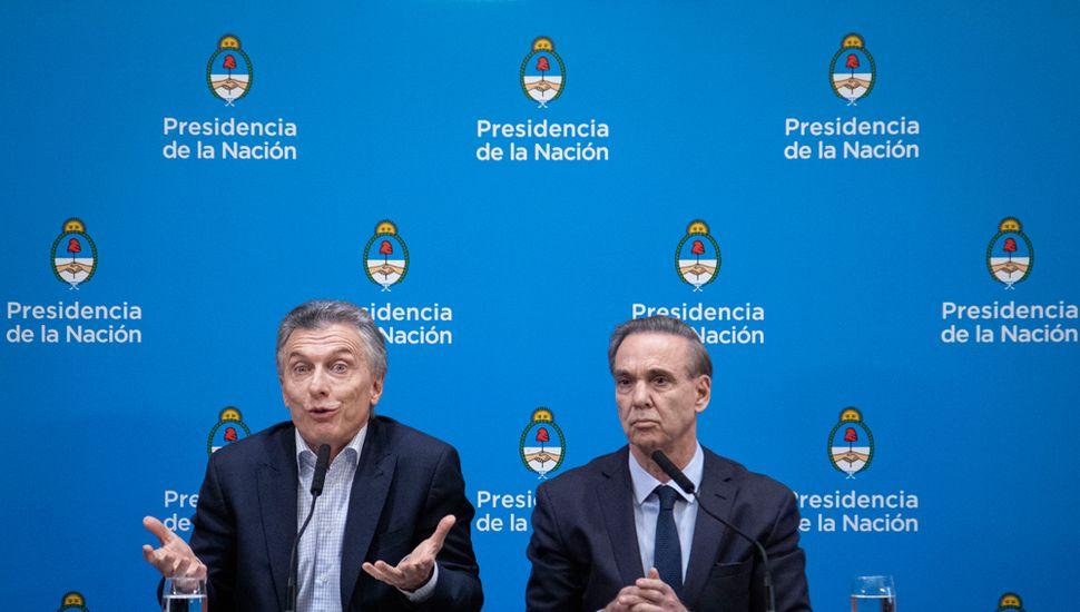 Tras la derrota, Macri adelantó que prepara medidas para contener la disparada del dólar.
