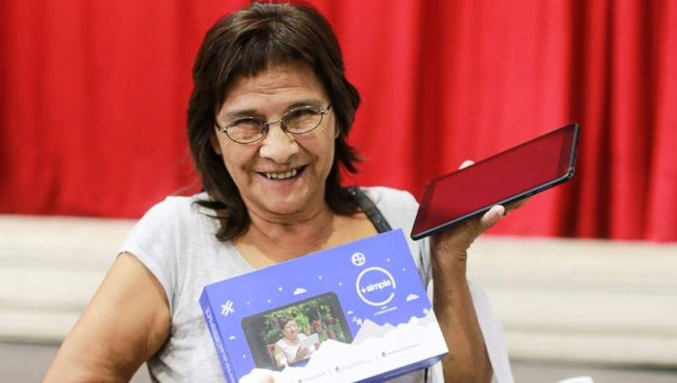 """Se entregaron las primeras 250 tablets del programa """"+ Simple"""""""
