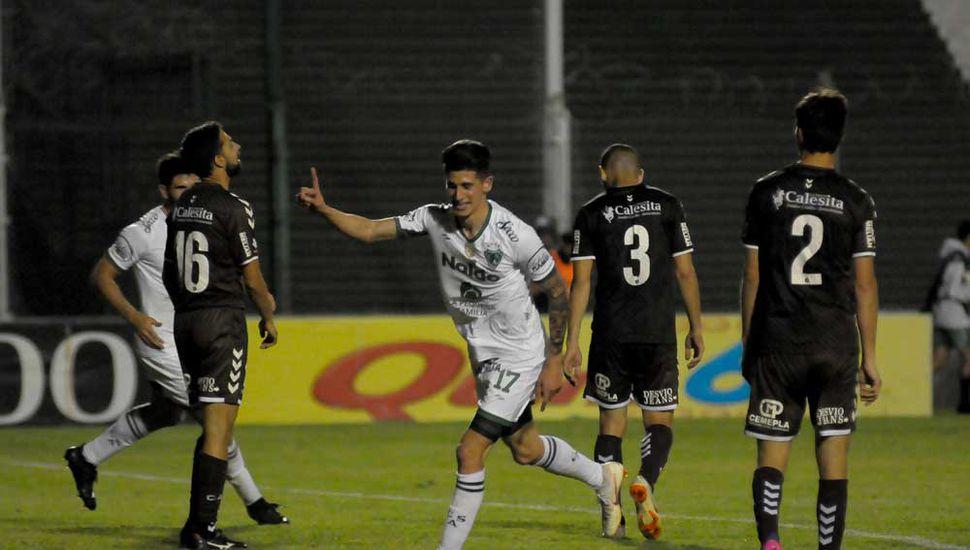 El pibe Rosa marcó el tercero en la victoria ante Platense; fue el primero en su historia dentro del profesionalismo.