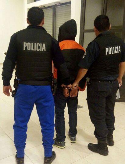 Dos efectivos custodian a un joven que quedó a disposición de la Justicia.