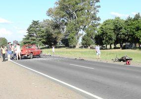 Circunvalación: dos motociclistas murieron  tras chocar de frente contra una camioneta