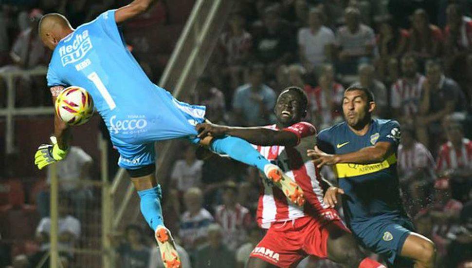 Ramón Ábila, autor del primer gol de Boca Juniors, inquietando a la defensa de Unión de Santa Fe.
