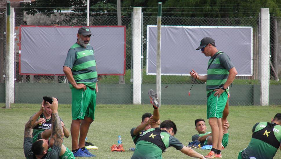Iván Delfino y sus dirigidos, ayer, en Ciudad Deportiva.