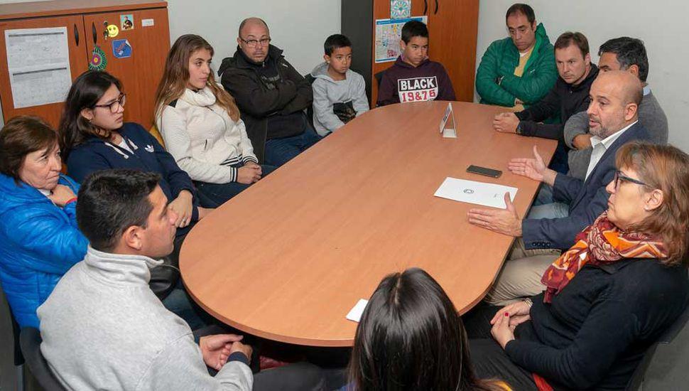 El Dr. Pablo Torres (derecha) y otros integrantes del GSJ durante la reunión mantenida con los deportistas y sus familiares.