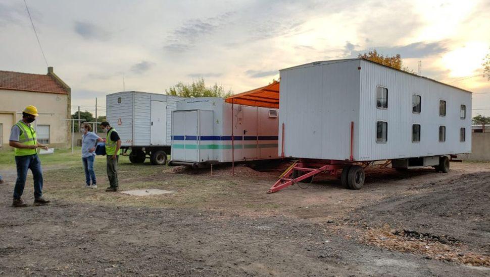 Núcleo sanitario y dormitorios de emergencia para el personal de salud.