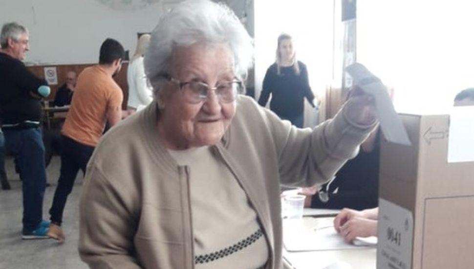Una abuela de 100 años fue a votar en General Arenales
