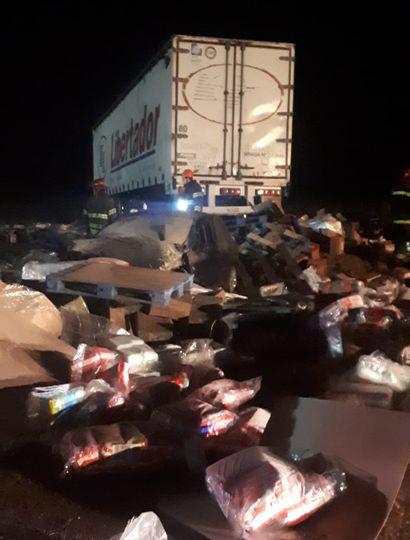 Violento choque entre un auto y un camión en la Ruta 7