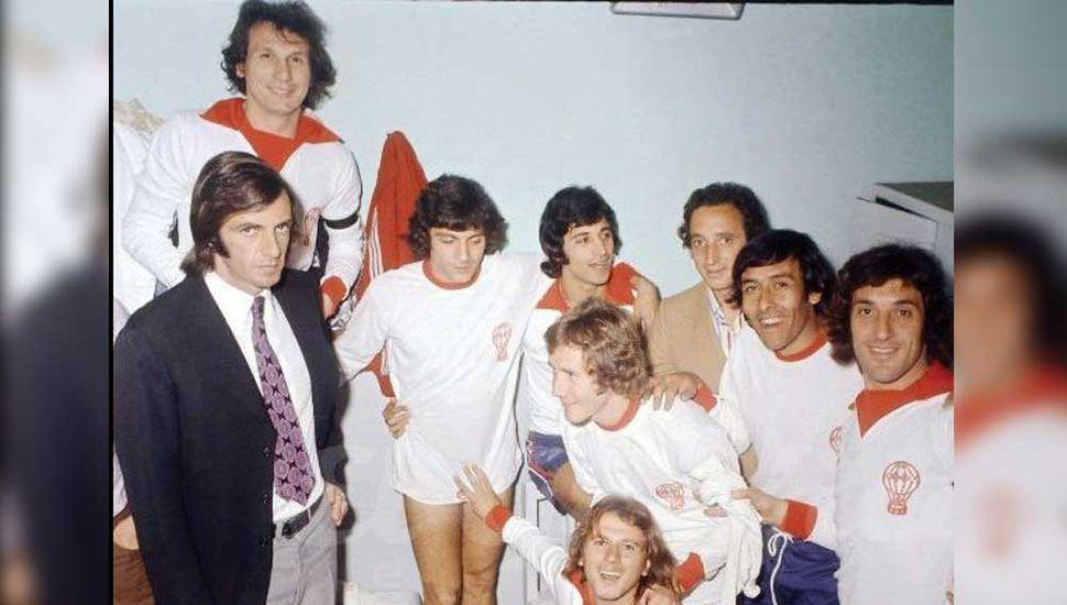 Edgardo Cantú, detrás de César Menotti,y junto a varias de las figuras que coronaron campeón a Huracán, en 1973.