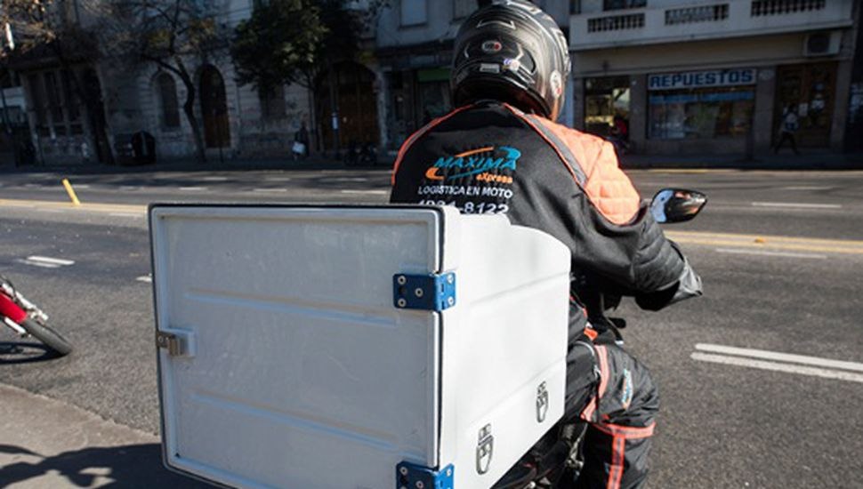 Mandaderos y motociclistas delivery deberán llevar chaleco refractario