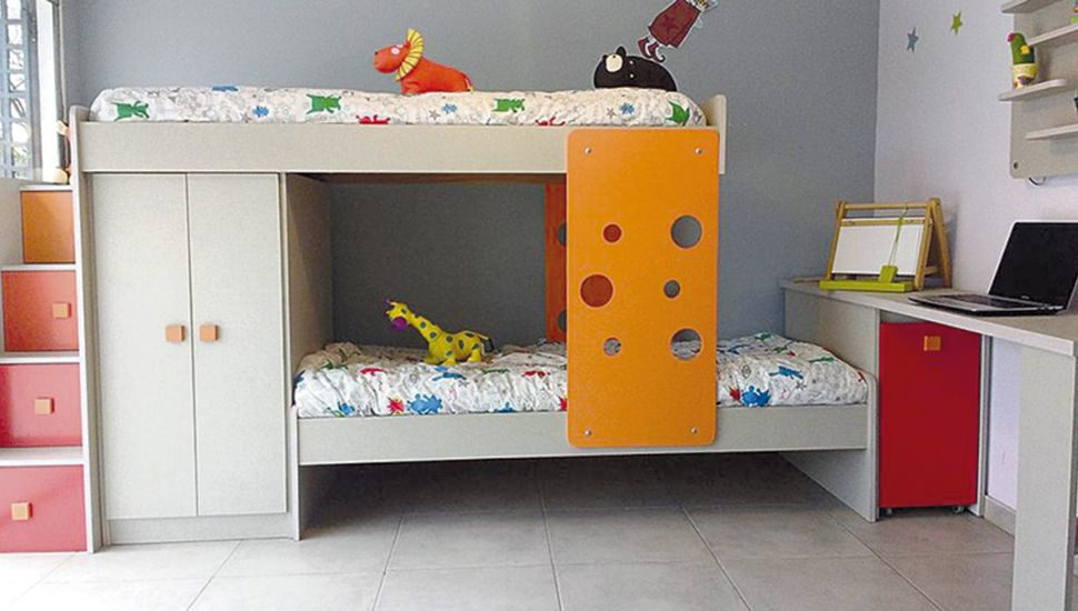 Si la idea es crear en el dormitorio un espacio para juegos, las camas altas son un buen recurso.