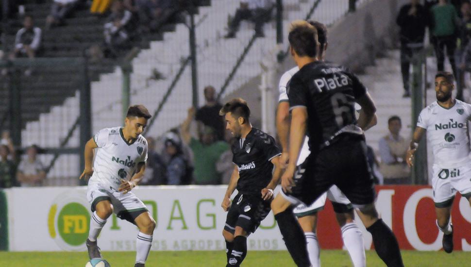 Sergio Quiroga maniobra con el balón en un ataque local. Sarmiento se recuperó luego de ir perdiendo y le ganó 3 a 1 a Quilmes.