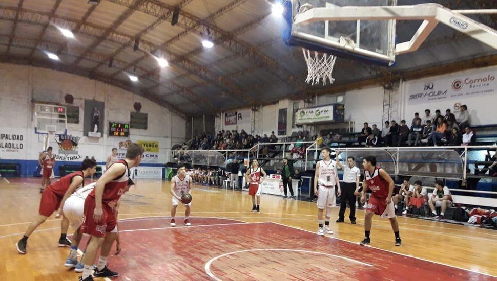 Un pasaje del partido jugado anoche en Saladillo.
