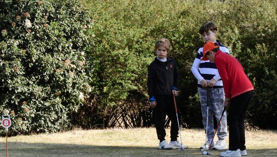Aprendizaje constante de los chicos que asisten a la escuelita del Junín Golf Club.
