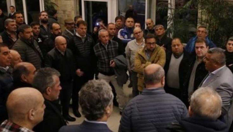 Habla Claudio Tapia, presidente de las A.F.A., y escuchan los dirigentes que fueron a esperarlo, entre ellos el juninense Claudio Yópolo.