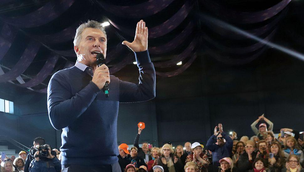 Mauricio Macri parte hacia la contienda electoral abajo en las encuestas y solo en territorio bonaerense está ocho puntos abajo de la fórmula Fernández-Fernández.