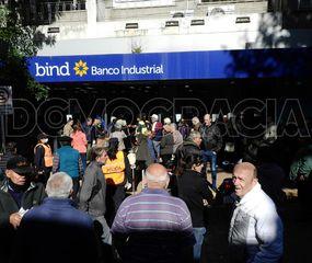 Hubo largas filas y esperas interminables para cobrar en los bancos  y se puso en serio riesgo la cuarentena y las medidas de seguridad frente a la pandemia de coronavirus.