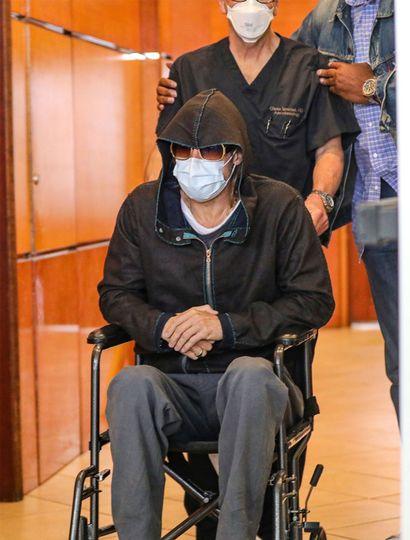 Brad Pitt abandona un centro  médico en silla de ruedas