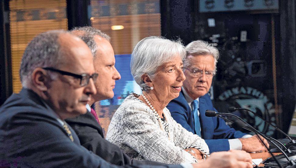 El FMI aceptó ampliar a 56.300 millones de dólares su programa de asistencia financiera destinado a la Argentina.