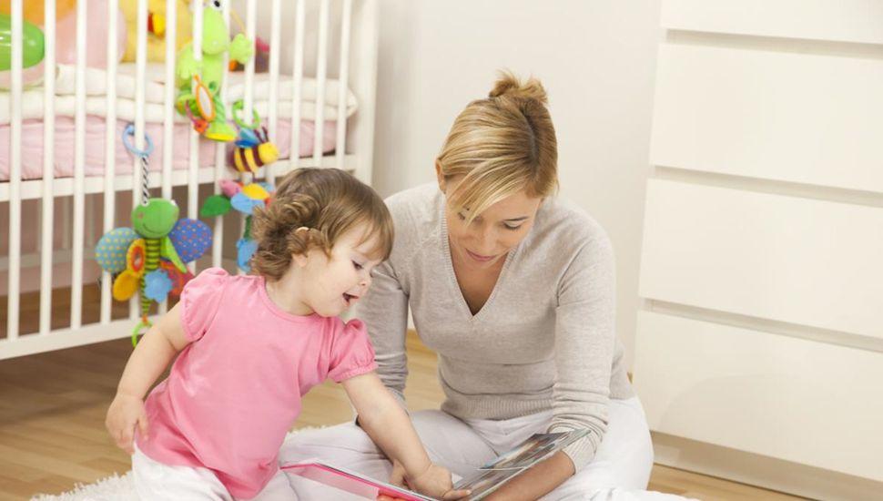Cuando un bebé está expuesto a la lectura y a adultos que la valoran, la reconoce como algo importante más allá del soporte que se utilice.