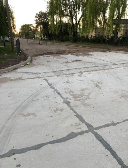 Huellas de auto en el pavimento recién hecho.