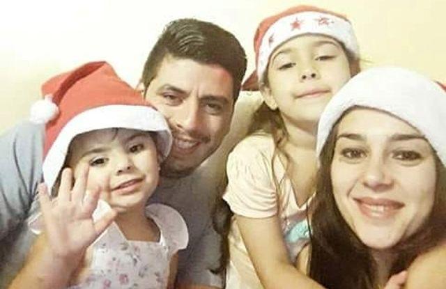 La pareja Mauro Carrizo y Denise Meraglia junto a sus dos hijas, Juana y Renata.
