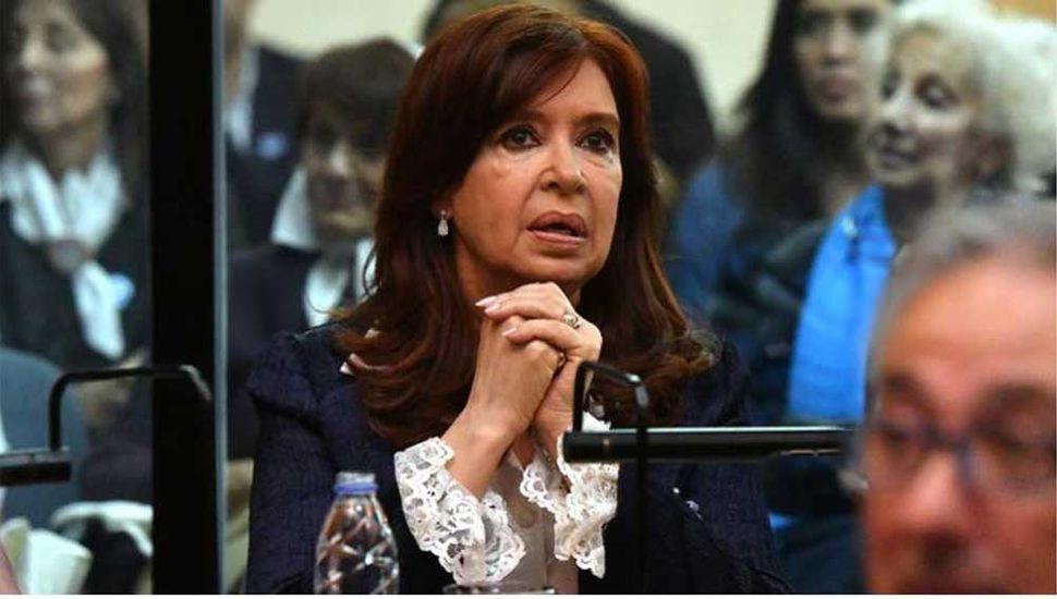 Respaldo político y pausa en el primer juicio a Cristina